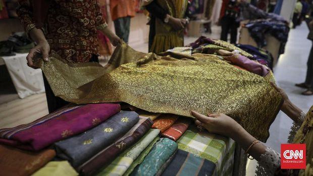 Pengunjung melihat produk-produk UMKM dalam pameran Karya Kreatif Indonesia (KKI) di Jakarta Convetion Center (22/7).Produk-produk UMKM yang ditampilkan terdiri dari kain tradisional seperti tenun, batik, dan perhiasan. (CNN Indonesia/ Hesti Rika)