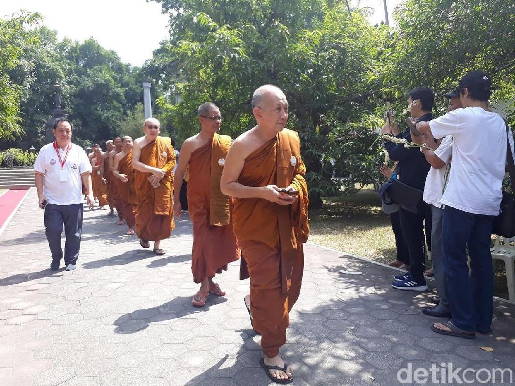 Umat Buddha Indonesia Ikuti Pembacaan Kitab Suci Tipitaka
