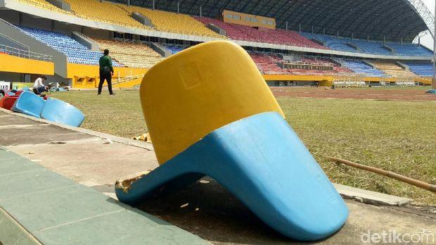 Tribune di Stadion Jakabaring dirusak suporter.