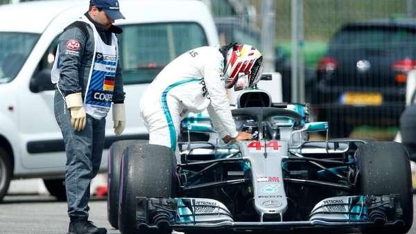 Saat Hamilton Berupaya Keras Dorong Mobilnya di Kualifikasi GP Jerman