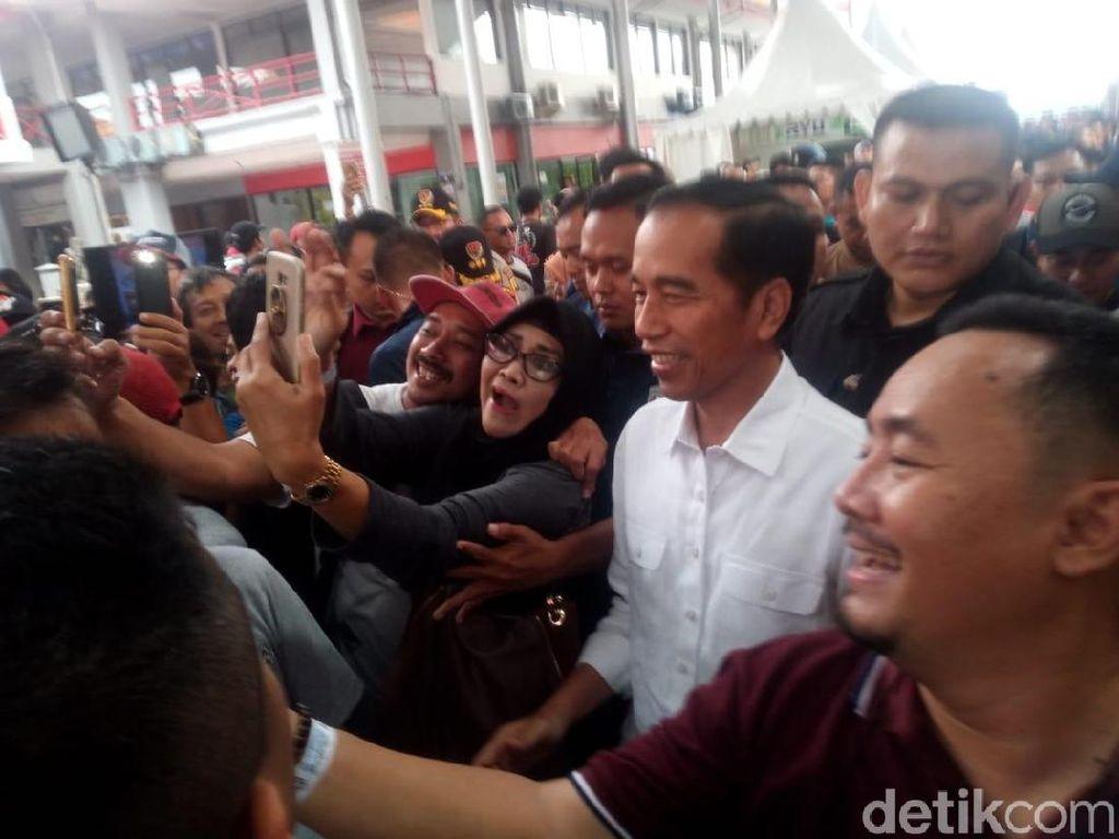 Jokowi Keliling Pameran Otomotif, Pengunjung Berebut Selfie