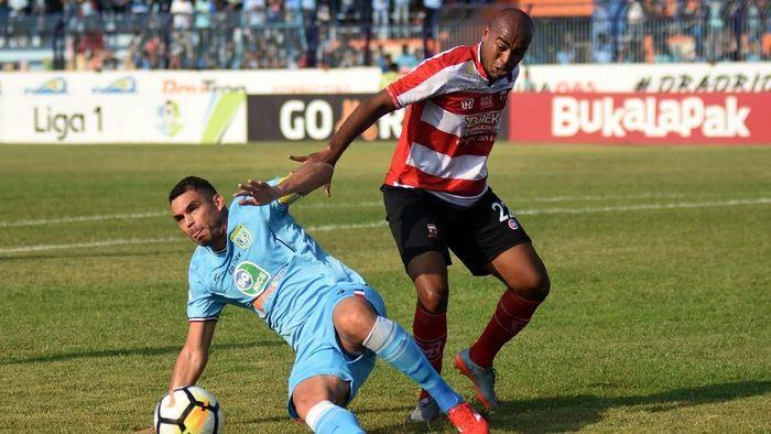 Madura United saat menghadapi Persela Lamongan. (M Risyal Hidayat/Antara Foto)