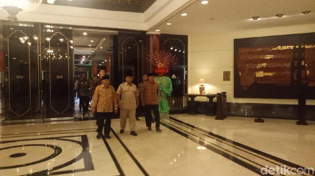 Jokowi Bertemu Ketum Koalisi, Prabowo Datang ke Acara 212