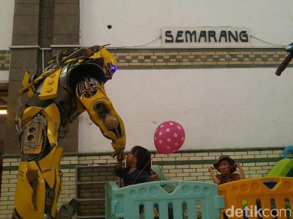 Hari Anak, Bumblebee Beri Hiburan di Stasiun Tawang Semarang