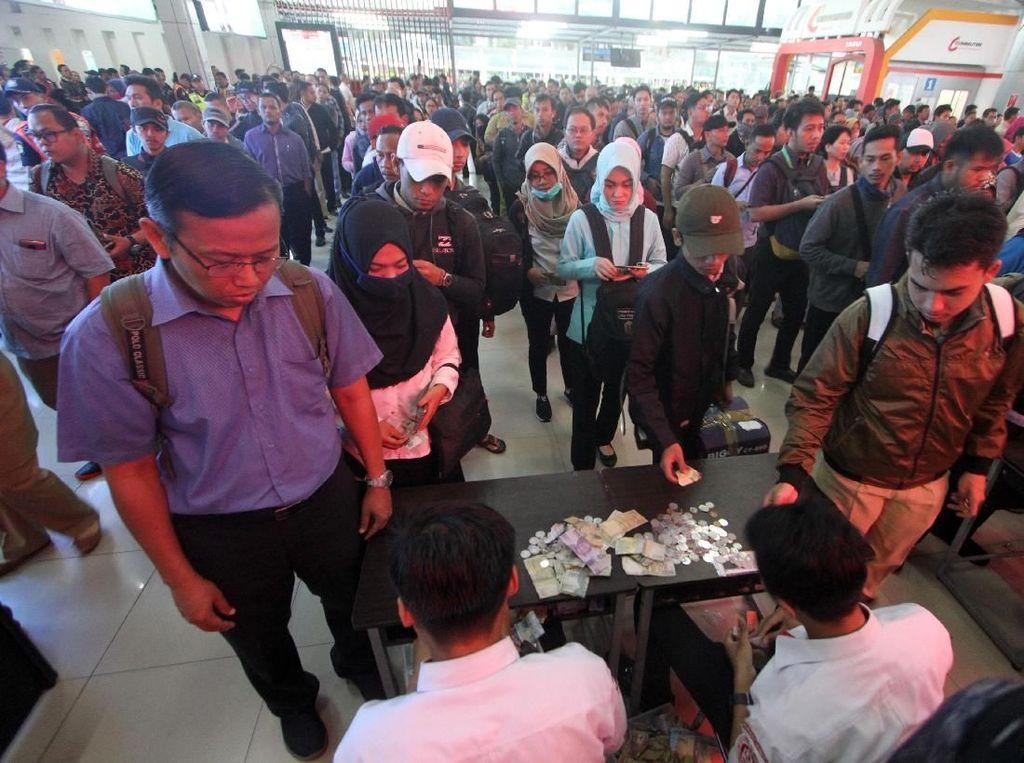 Video Antrean Panjang di Loket Karcis Stasiun Bogor