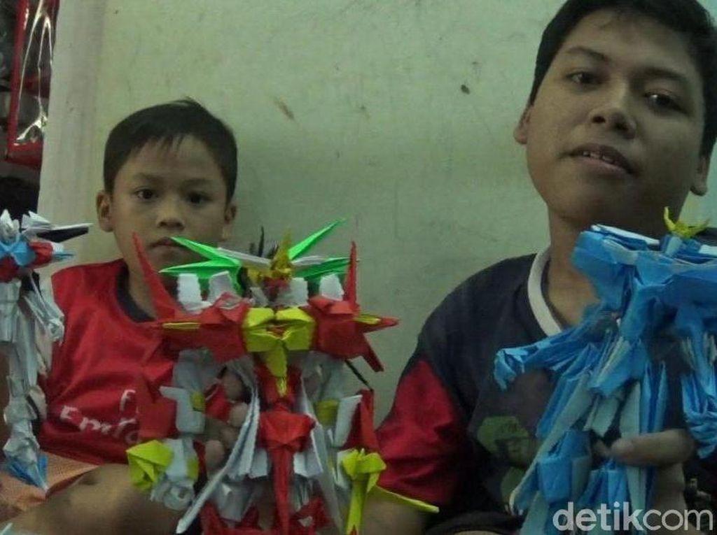 Hebat! Kakak Adik Penderita Lumpuh Bikin Origami Robot Sekeren Ini