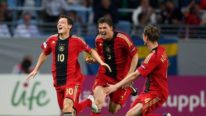 Piala Eropa U-21 pada tahun 2009 menjadi awal kebintangan Mesut Oezil. Dia membawa Jerman juara di kejuaraan junior ini, plus bikin satu gol di final untuk mengalahkan Inggris 4-0. (Foto: Phil Cole/Getty Images)