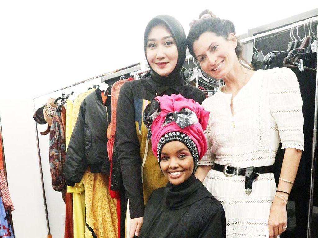 Foto: Aksi Dian Pelangi Dandani Model Dunia Halima Aden