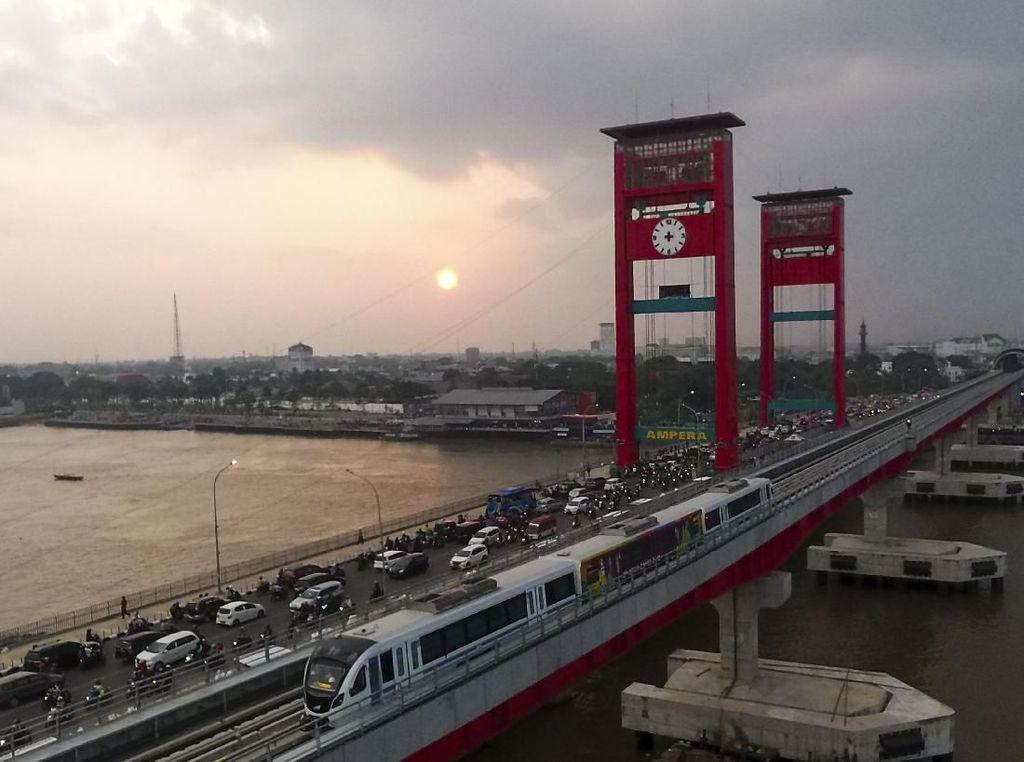 Melintasi Sungai Musi, LRT Palembang Mulai Beroperasi