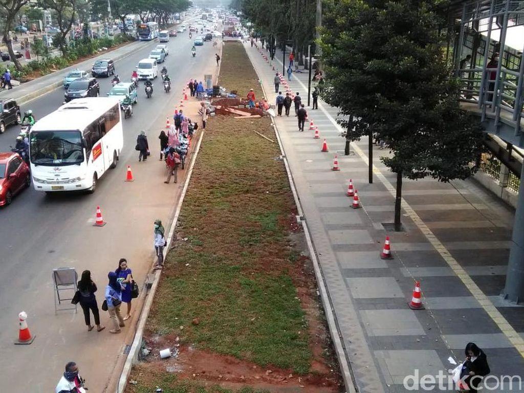 Halte Jl Sudirman Terhalang Rumput, Warga Tunggu Bus di Jalan Raya