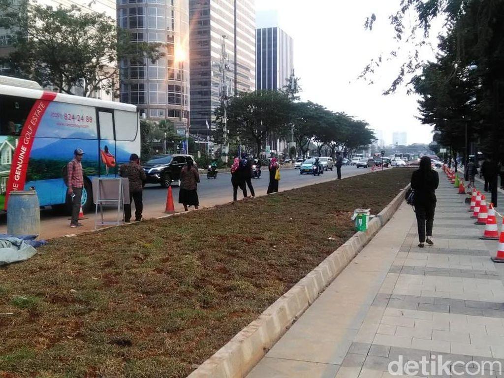 Wujud Lahan Rumput yang Halangi Halte di Jl Sudirman