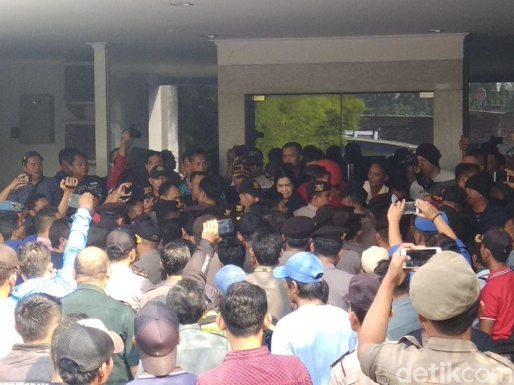 Aksi Saling Dorong Warnai Eksekusi Lahan Hotel di Cirebon