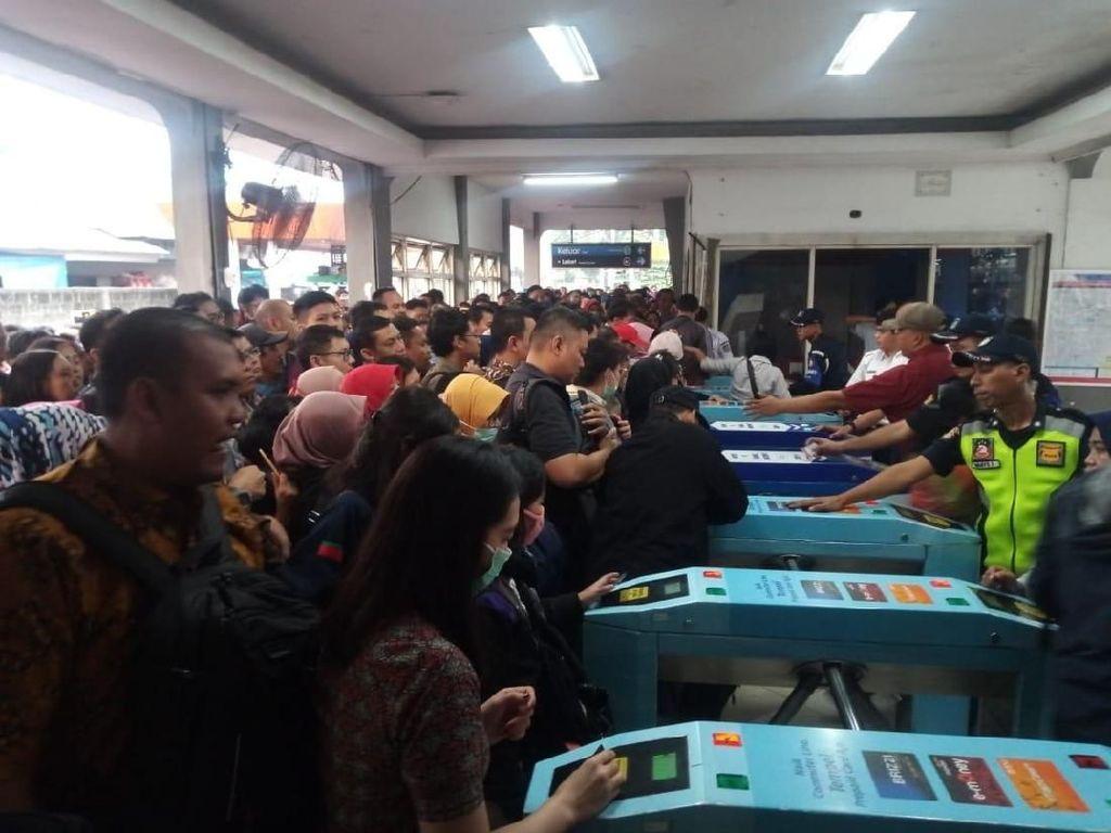 Pembacaan e-Ticketing di Gate Stasiun Depok Masih Lemot