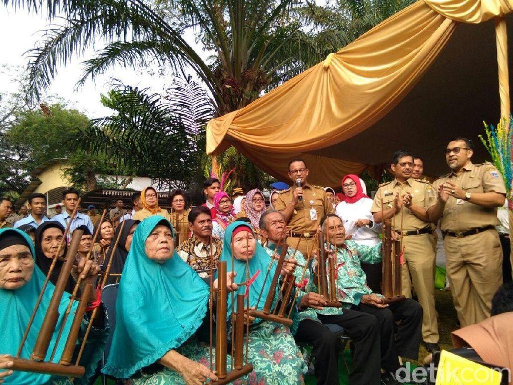 Anies Baswedan Bagi-bagi Kartu Lansia Jakarta di Ragunan