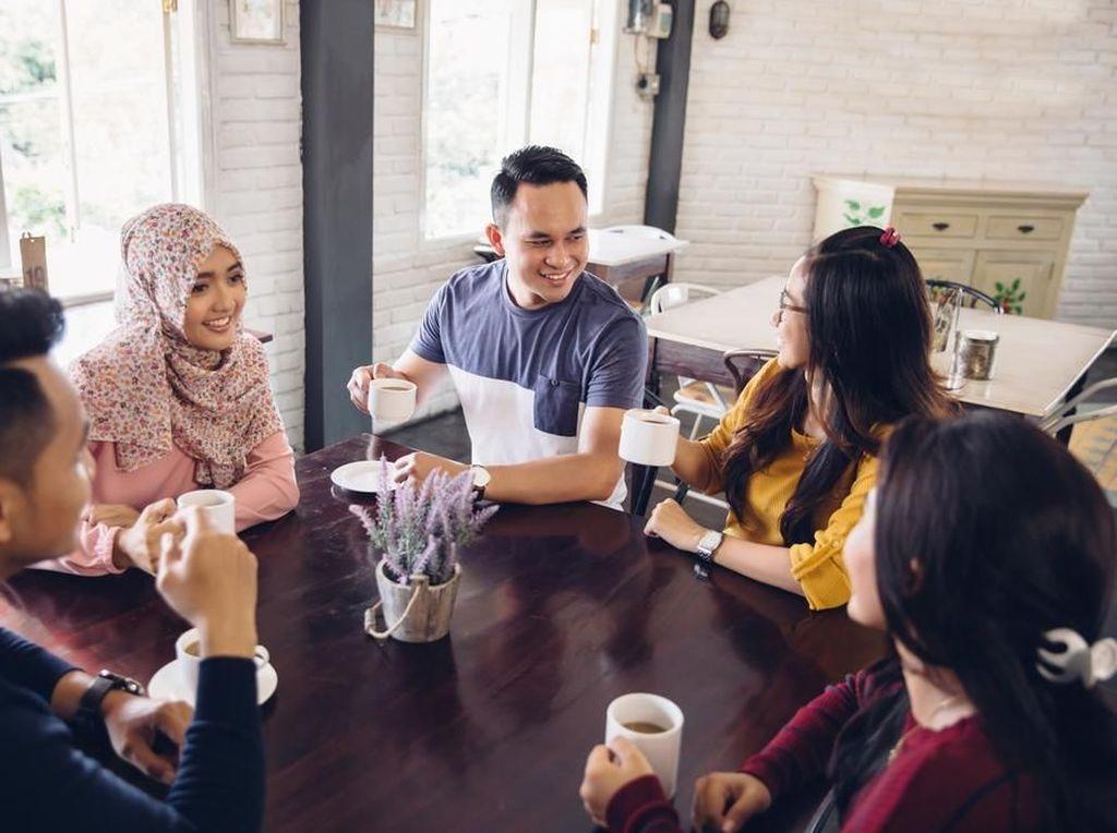 Hal yang Harus Kamu Hindari saat Makan Siang, Termasuk Makan di Meja Kerja