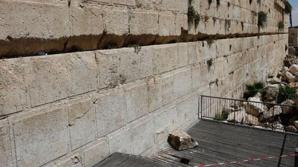 Penampakan Batu 100 Kg yang Jatuh dari Tembok Ratapan