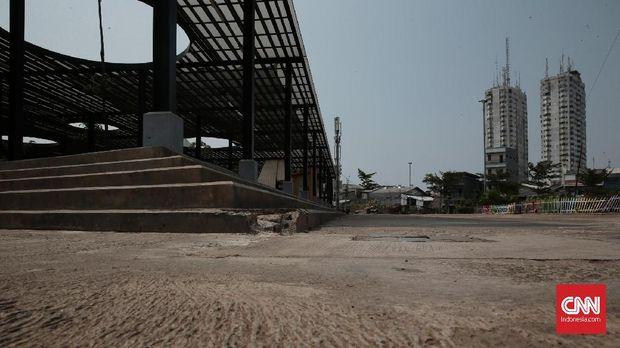 Kondisi Aula di Taman Kalijodo yang sudah terlihat hancur bagian sisi anak tangganya.