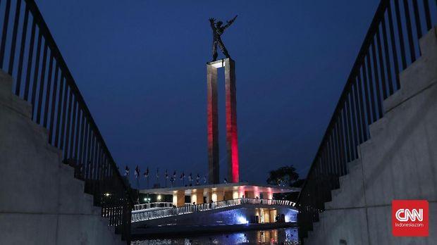 Monumen Pembebasan Irian Barat di Lapangan Banteng, Jakarta, Rabu, 25 Juli 2018, malam.  Peresmian revitalisasi Lapangan Bantreng ditambah pertunjukan air mancur menari imenjadi wahana wisata baru bagi warga Jakarta yang dapat dinikmati di akhir pekan. CNNIndonesia/Safir Makki