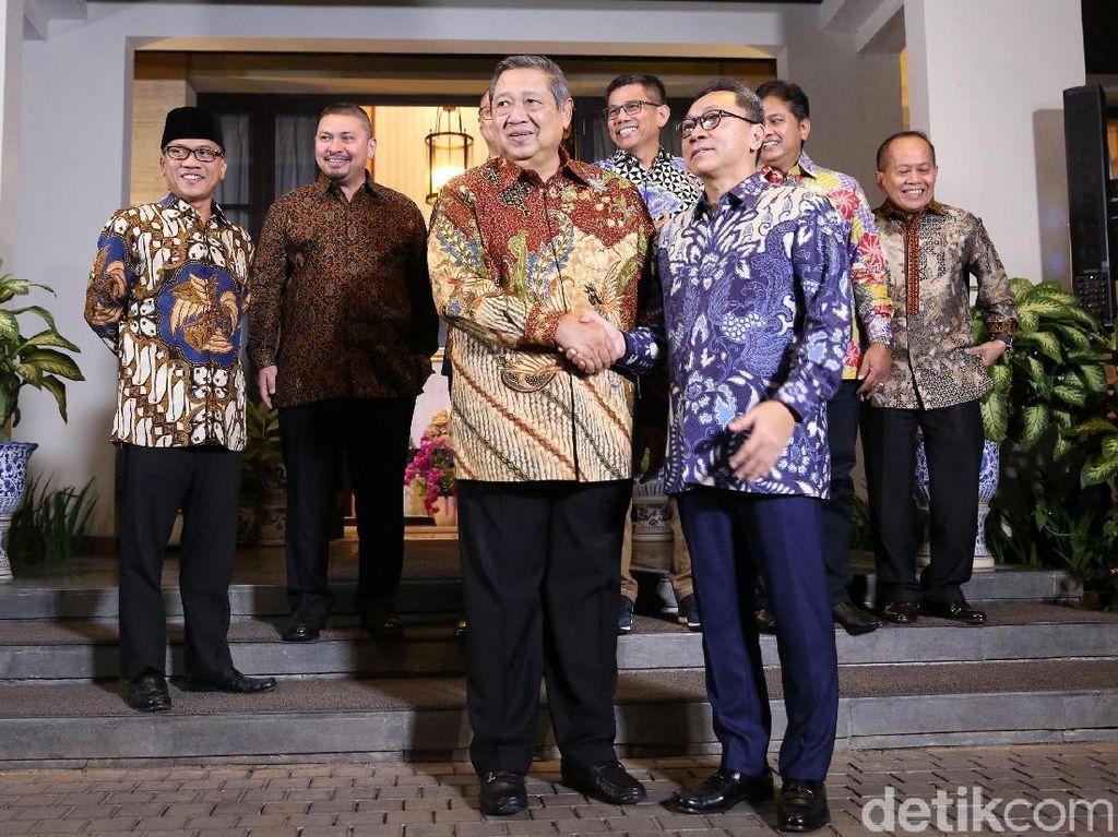 Senyum SBY Sambut Zulkifli dan Elite PAN di Depan Rumah