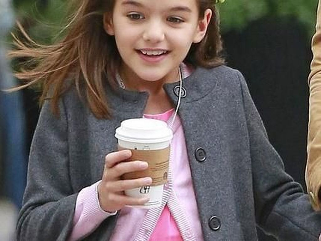 Pose Makan si Cantik Suri Cruise, Putri Tom Cruise yang Kini Beranjak Remaja