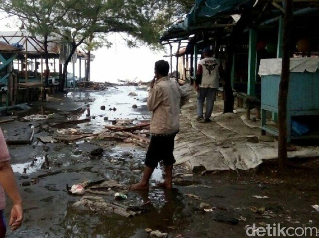 Video: Gelombang Tinggi, Air Laut Luber ke Daratan di Kebumen