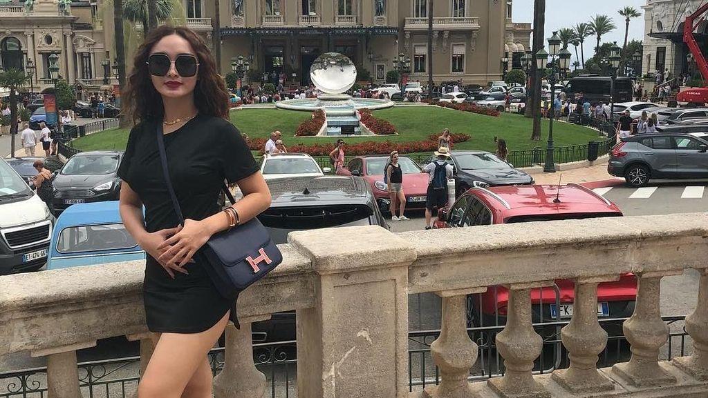Tampil Seksi Saat Liburan, Zaskia Gotik Pakai Tas Seharga Mobil