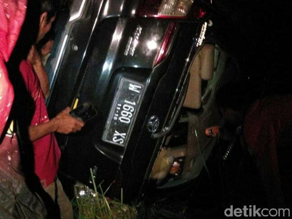 Mobil Rem Blong Tabrak Tebing Lalu Terguling, 5 Wisatawan Luka