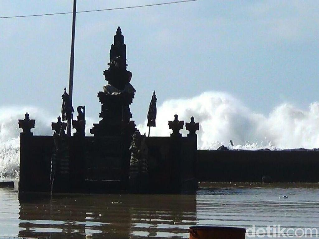 Gelombang Tinggi Terjang Bangunan di Pantai Padanggalak Bali