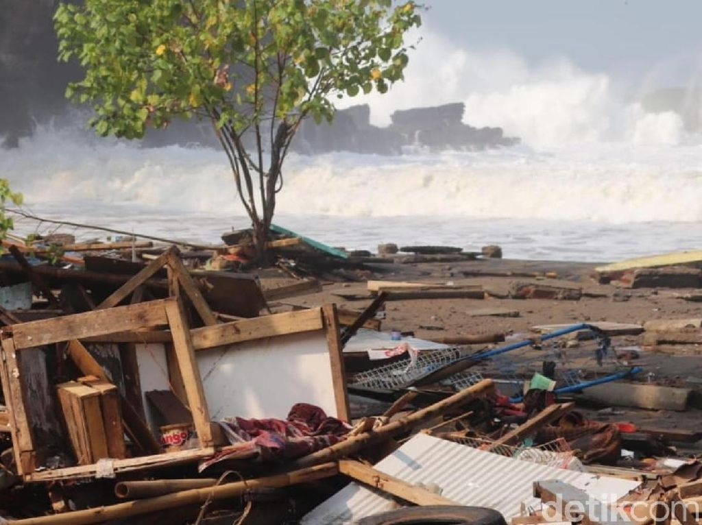Gelombang Tinggi Palabuhanratu, Warung Rusak dan Perahu Hilang
