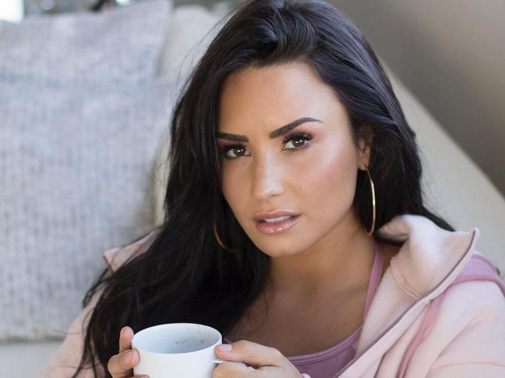 Pasca Rehabilitasi, Demi Lovato Pamer Foto Kue Funfetti