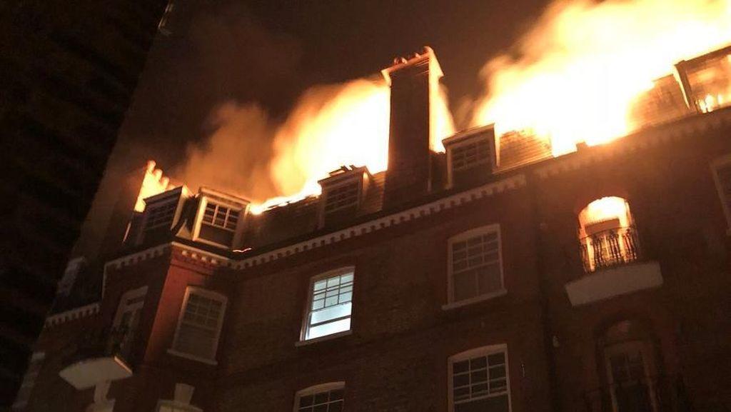 Foto: Kebakaran Landa 1 Blok Flat Mewah di London