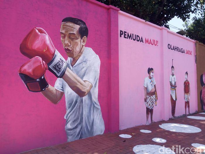 Presiden Jokowi belakangan kerap ng-vlog tengah bertinju. Mural Jokowi di Solo pun menampakkan dia tengah memakai perlengkapan tinju. (Bayu Ardi Isnanto/detikcom)