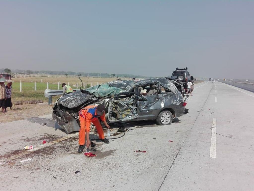MPV Kecelakaan di Tol Ngawi-Wilangan, 1 Tewas