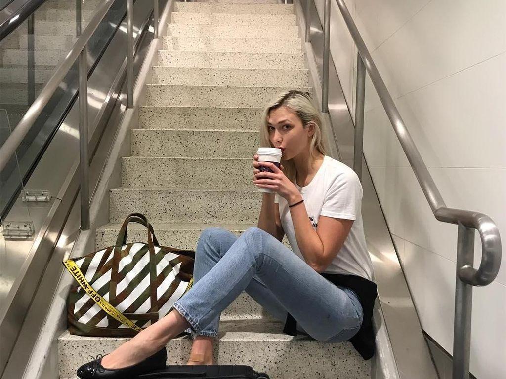 Lihat Gaya Seru Karlie Kloss Saat Ngopi dan Makan Es Krim Favoritnya