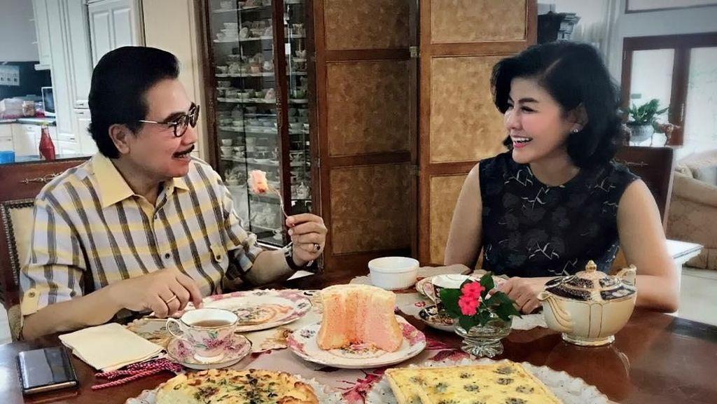 10 Foto Pengacara Hotma Sitompul yang Doyan Makan Karena Istrinya Suka Masak