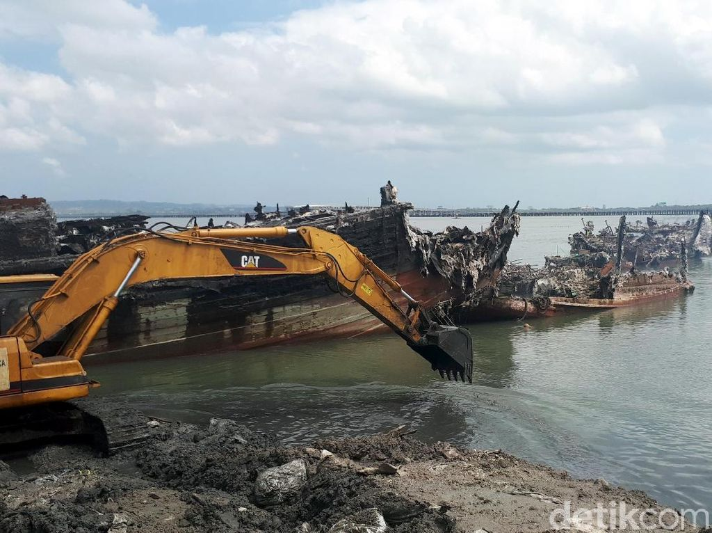 Puing-puing Bekas Kebakaran di Pelabuhan Benoa Dibersihkan