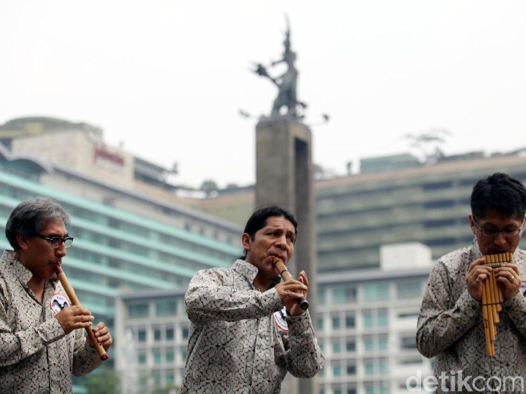 Aksi Para Seniman Peru Menari dan Bermusik di Bundaran HI