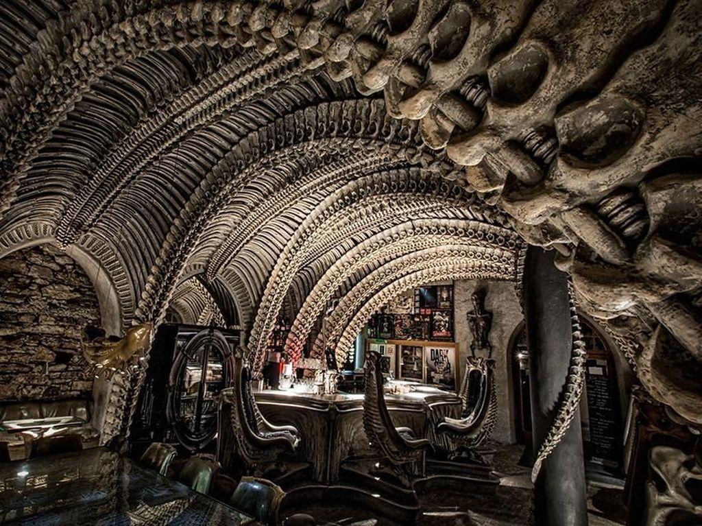 Mau Hangout di Sini? Bar Ini Tempati Bangunan Penuh Tulang Belulang
