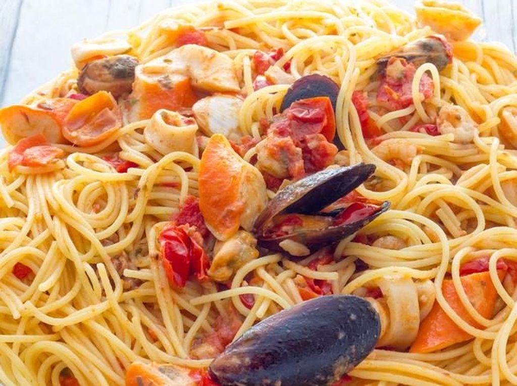 Baru Gajian? Enaknya Makan Spaghetti Marinara dan Carbonara yang Gurih Enak