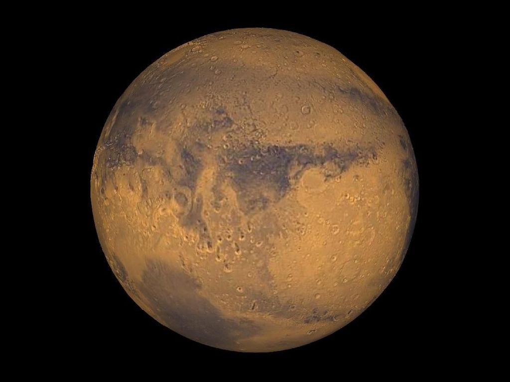 Mars Bersinar Cerah di Kanan Purnama Memerah