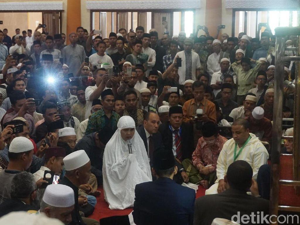 Disaksikan Peserta Konferensi Ulama, TGB Tuntun Warga Masuk Islam