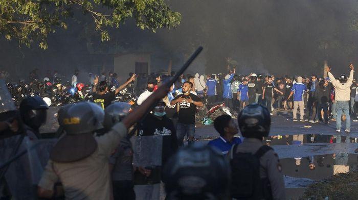 Bentrok suporter di Stadion Sultan Agung pekan lalu. (Foto: Andreas Fitri Atmoko/Antara)