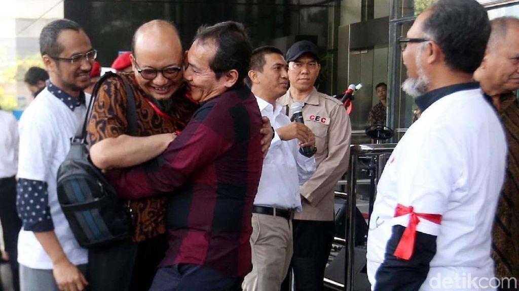 Sambutan dan Pelukan Pimpinan KPK untuk Novel Baswedan
