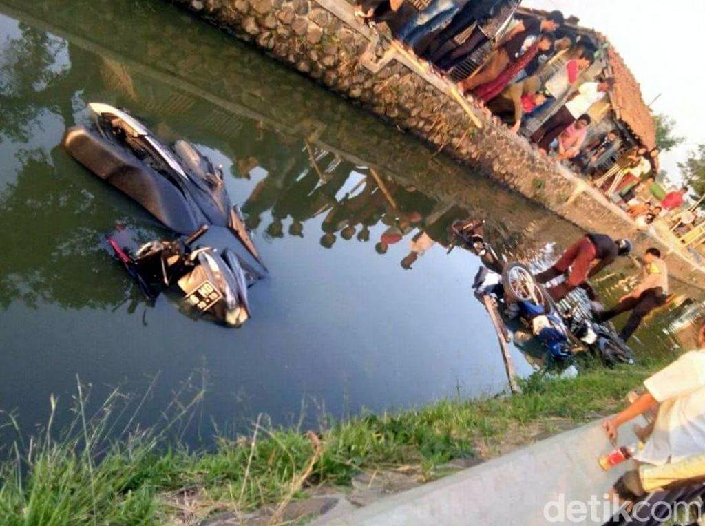 Ngeri! Bentrok Ojol Vs Opang di Bandung, Motor Dilempar ke Sungai