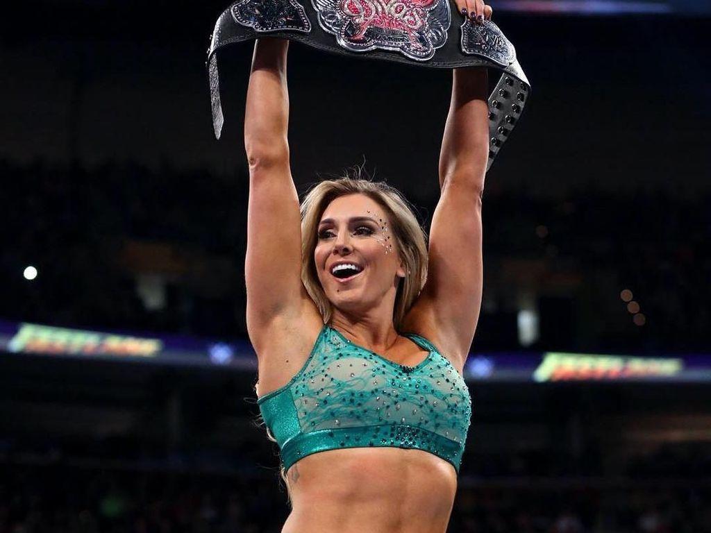 9 Potret Charlotte Flair, Pegulat Seksi WWE yang Keracunan Silikon Payudara