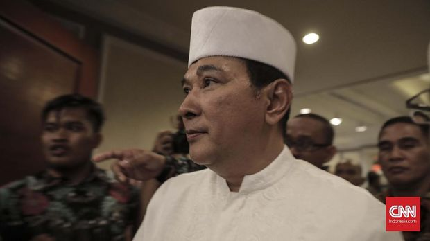 Ketua Umum Partai Berkarya Tommy Soeharto memberi sambutan saat acara Ijtima Ulama dan Tokoh Nasional di Menara Peninsula Hotel, Jakarta (27/7).Ijtimak Ulama merupakan acara yang digelar Gerakan Nasional Pengawal Fatwa (GNPF) Ulama membahas capres-cawapres yang akan mereka dukung di Pilpres 2019. (CNN Indonesia/ Hesti Rika)