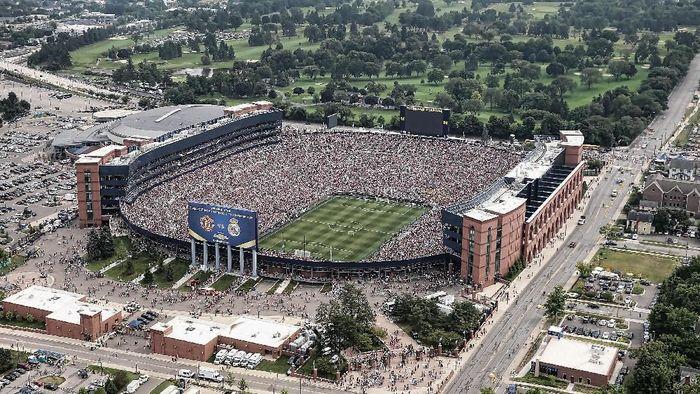 Michigan Stadium punya kapasitas mencapai 107.601 penonton (Foto: Leon Halip/Getty Images)