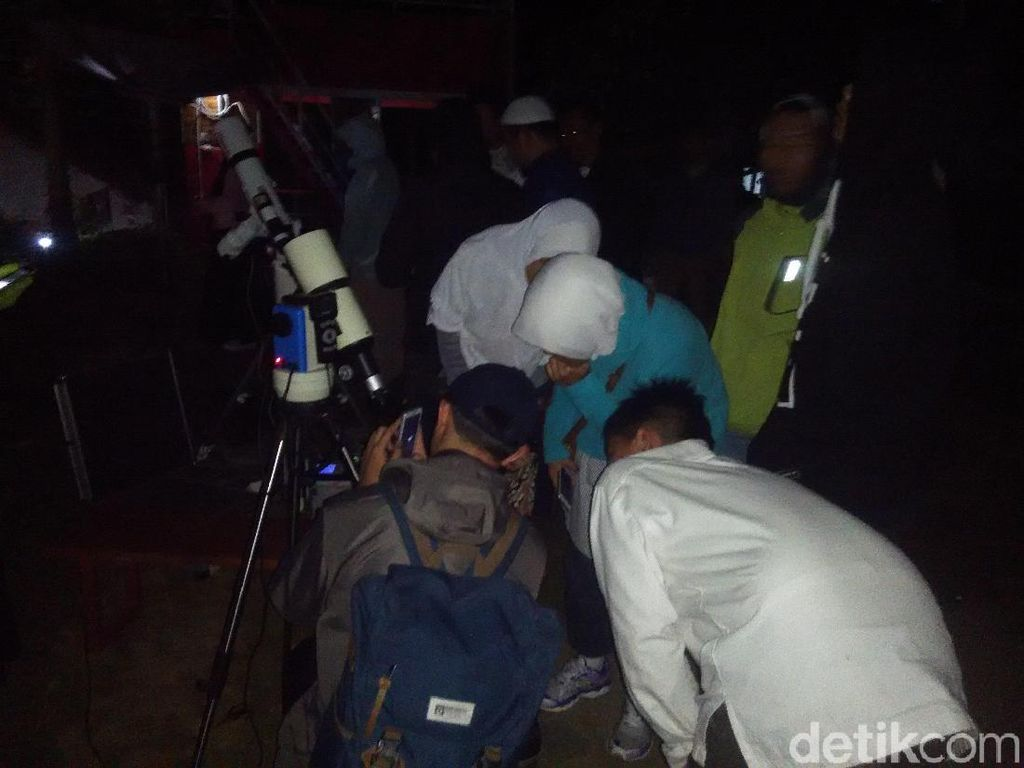 Begini Suasana Imah Noong Lembang saat Gerhana Bulan Total