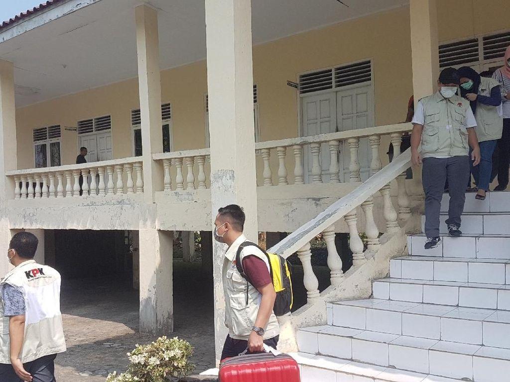 KPK Bawa 1 Koper Berkas Usai Geledah Ruang DPRD Lampung Selatan