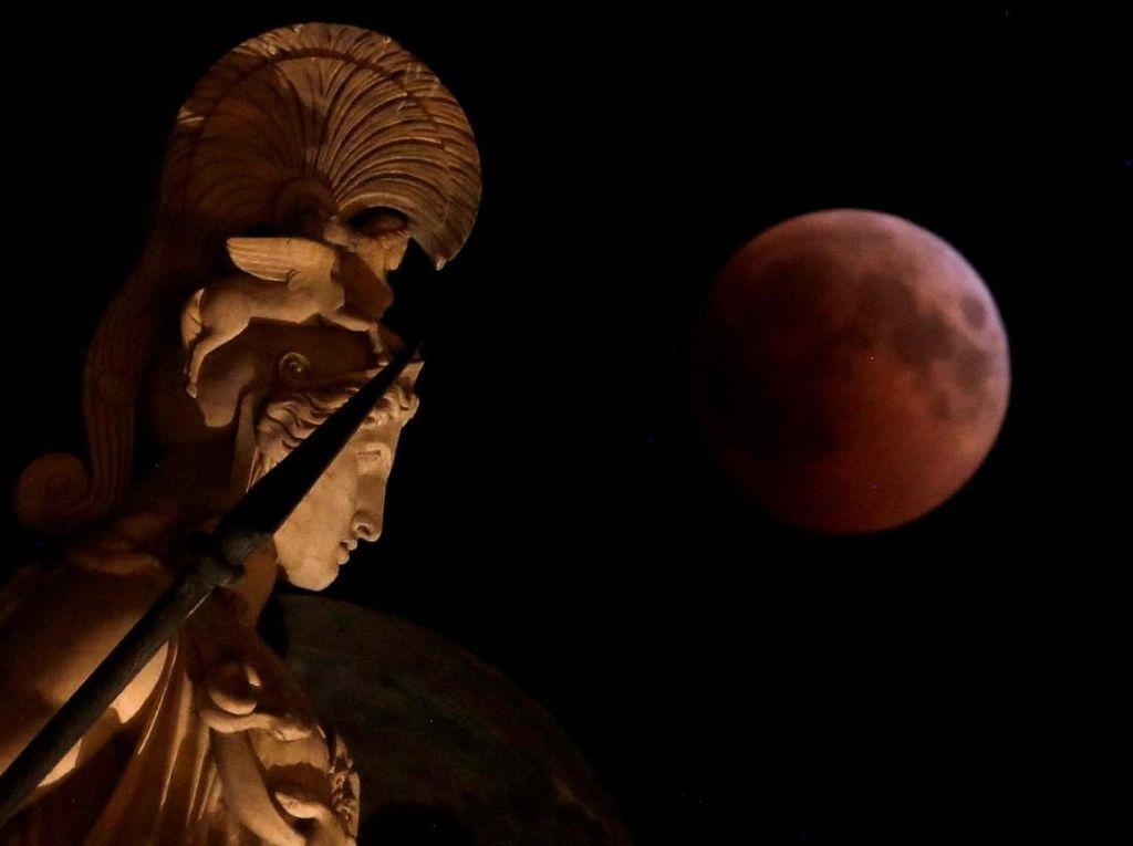 Cantiknya Gerhana Bulan di Langit Yunani